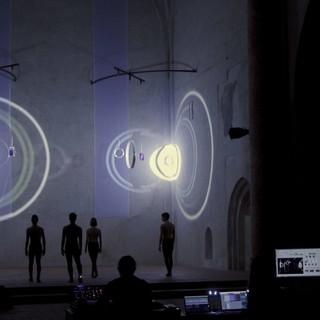 """Performance di luci, musica e danza per la mostra """"E luce fu"""""""