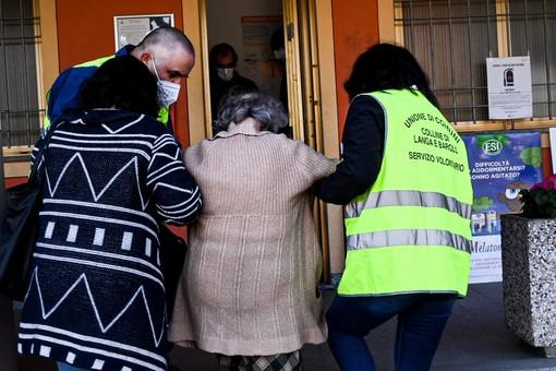 Asl, sindaci e volontari in campo  per portare i vaccini nei piccoli  centri di Langa [FOTO E VIDEO]