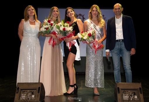 Le missi vincitrici (al centro Clara Tenino) posano con Sonia De Castelli e Luca Sensibile (Ph Mauro Gallo Foto, Alba)