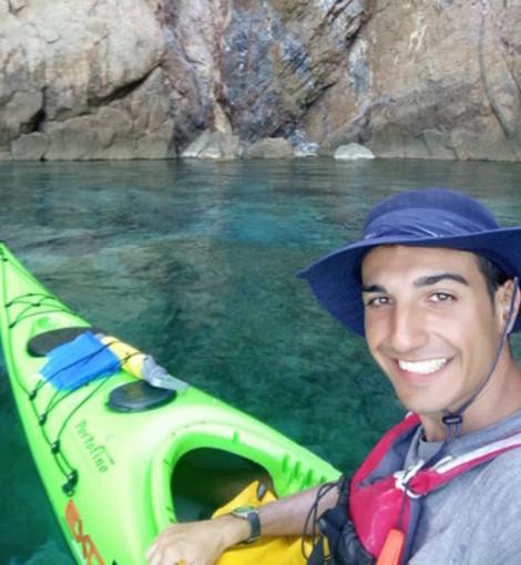 Il periplo della Sardegna in kayak: l'avventura ecologista di Dario, 27enne di Cuneo, in navigazione solitaria tra delfini e razze