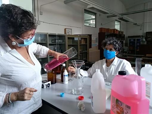 Si torna in aula per l'esame di Stato? Il liceo di Saluzzo autoproduce 50 litri di disinfettante per le mani