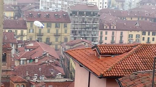 Saluzzo, il dirigibile Rotary visto dal centro storico