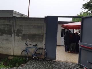 L'apertura del cancello per l'accesso al dormitorio nella ex Caserma Filippi