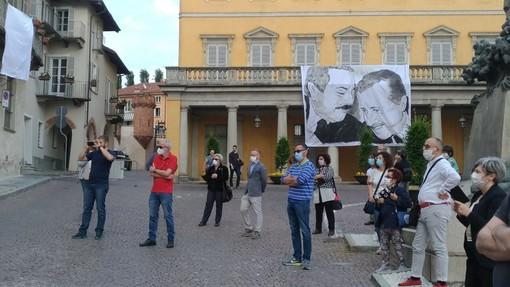 Bra, un minuto di silenzio e lenzuola bianche per non dimenticare Falcone e Borsellino (FOTO)