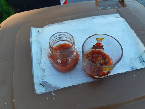 I barattoli di sugo con carne trovati in via Tevere a Borgo San Dalmazzo