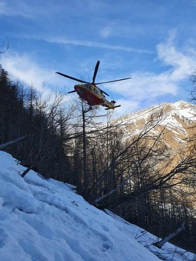 Precipita dalla cascata di ghiaccio Ciucchinel sopra Bellino: alpinista di 40 anni in codice rosso dopo un volo di oltre 100 metri