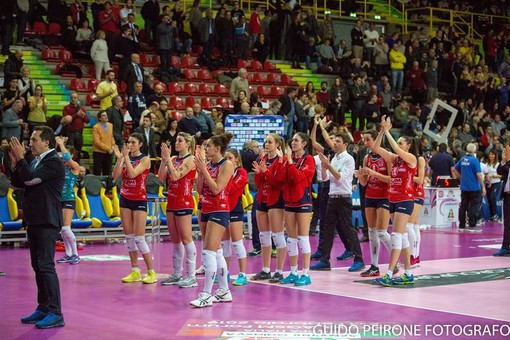 Il saluto della squadra ai tifosi tra lacrime e delusione (foto Guido Peirone)