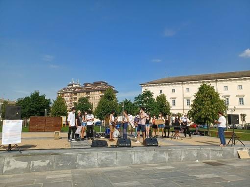 """A Cuneo il flashmob degli studenti all'indomani dell'ultima campanella: """"A settembre in presenza"""""""