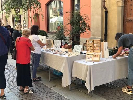 """""""Fatto a mano"""": tante bancarelle in contrada Mondovì a Cuneo (FOTO)"""