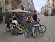 Tom e Stanislava Pajonk con i 5 figli partono in bici da via Roma