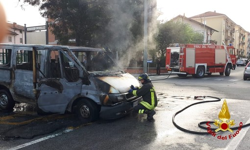 Saluzzo, prende fuoco un furgone in via Spielberg