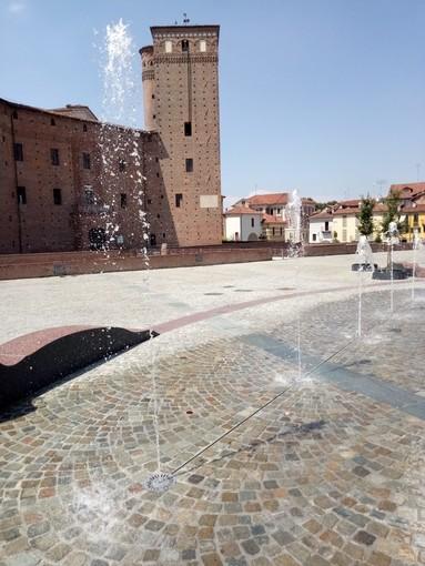 """Il sindaco di Fossano chiude temporaneamente la nuova fontana in piazza Castello: """"per evitare che sia utilizzata da alcuni come bagno di casa propria"""""""