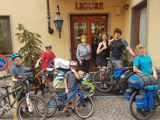 In foto la famiglia felice con Imelda Camisassi, titolare dell'hotel Ligure dove hanno soggiornato, scoprendo una Cuneo fantastica