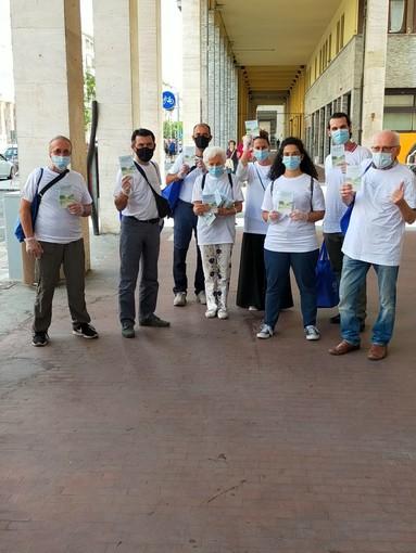 Da Cuneo a Dronero i volontari distribuiscono la guida al buon senso