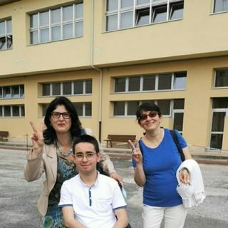 Giovanni Beltrando con le sue professoresse davanti all'Itis di Cuneo