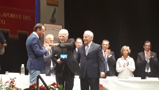 """Al Toselli di Cuneo i premi per la """"Fedeltà al lavoro e progresso economico"""": cuneese nel mondo è Angelo Gaja, il re del Barbaresco"""