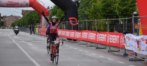 Ciclismo, Gran Fondo Giro delle Valli Monregalesi - La pioggia non sbiadisce il Rosso Donna della Somec MG.K Vis LGL