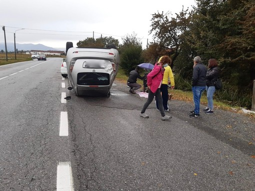 Castelletto Stura, incidente sulla provinciale: macchina sbanda e cappotta più volte