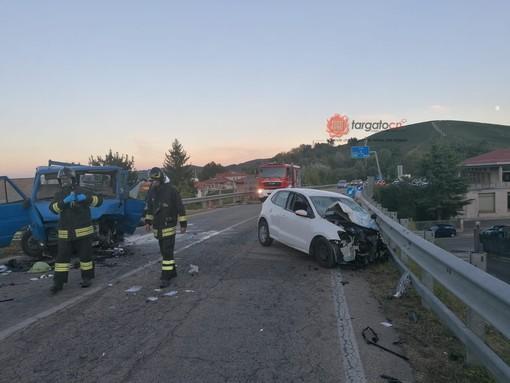 Scontro frontale sulla Circonvallazione di Canale tra un'auto e un furgone, ci sono feriti gravi