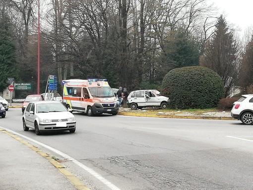 Macchina sulla rotonda di via Torino a Madonna dell'Olmo, un ferito