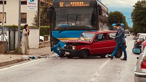 A Dronero scontro tra una vettura e il pullman degli studenti dell'Alberghiero