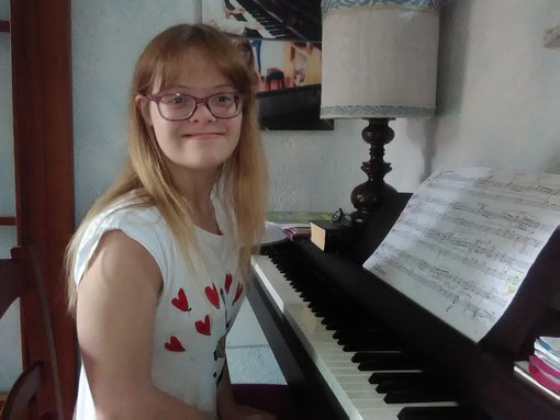 """Tra Bach e il """"rock"""", quando la musica ti aiuta a superare le sfide della vita: la storia di Ilenia e del suo 100 all'Ego Bianchi di Cuneo"""