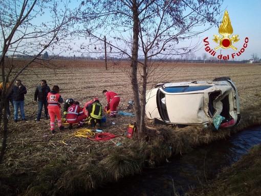 Incidente sulla SP20: un'auto esce di strada e si ribalta