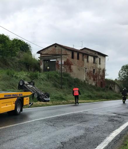 Auto fuori strada in via Salmour a Fossano, due feriti