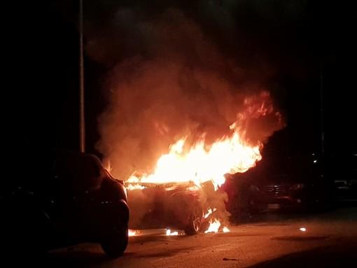 Vettura in fiamme nella notte in via Mormanno di Savigliano, intervengono i vigili del fuoco  (FOTO E VIDEO)