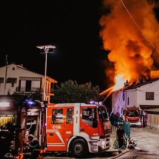 Tetto in fiamme a Busca, al lavoro tutta la notte quattro squadre di vigili del fuoco (VIDEO)