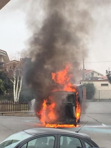 Furgone a fuoco in vicolo Varaitina a Costigliole Saluzzo