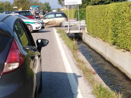 Auto cappottata in via Savona a Cuneo, lunghe code per entrare in città