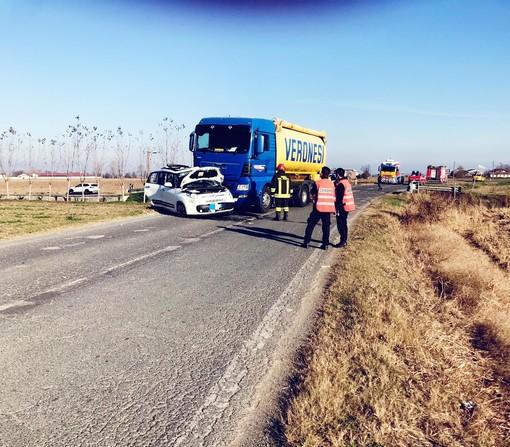 Auto contro camion sulla SP192 tra Fossano e Levaldigi