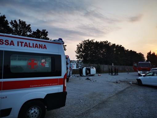 Incidente stradale nei pressi della Michelin di Cuneo: auto cappottata, vigili del fuoco al lavoro