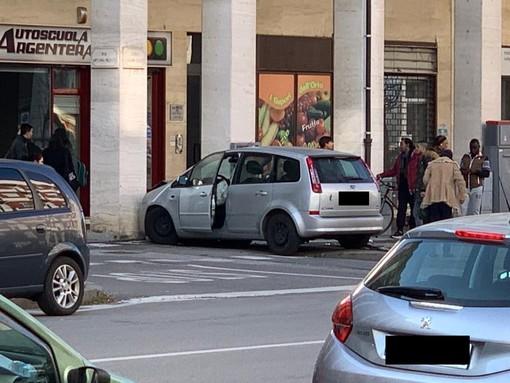 Cuneo, incidente in corso Giolitti: auto colpisce in un frontale un pilone dei portici