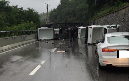 Bisarca carica di vetture si ribalta sulla A6: autostrada chiusa tra Ceva e Millesimo