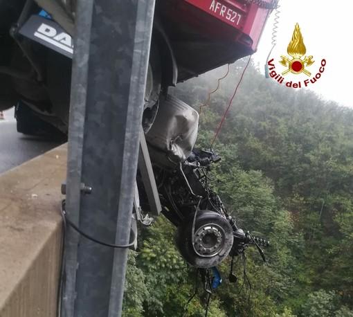Incidente tra Altare e Savona: mezzo pesante contro il guard rail, autostrada chiusa