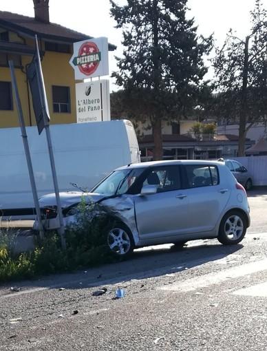 Cuneo, automobile si schianta contro un cartello stradale in via Savona