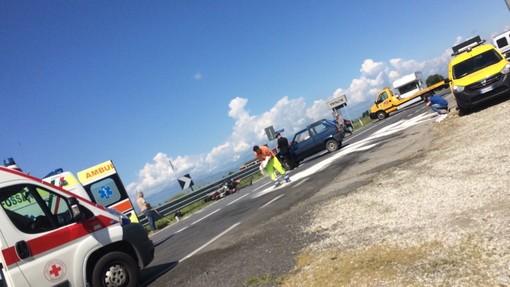 Violento scontro tra auto e moto a Trinità: strada bloccata