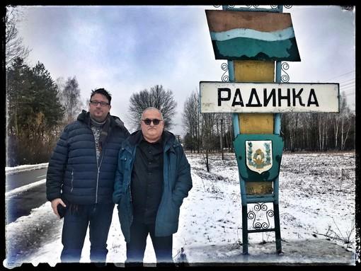 In foto, a destra, Massimo, in viaggio con Marco Chiotti, durante il loro ultimo viaggio a Radinka in Ukraina, dove Mondo in cammino sostiene tutta la mensa scolastica in modo che non vengano cucinati cibi del luogo ancora contaminati
