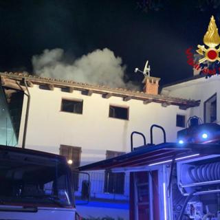 A fuoco una palazzina a Dogliani, appartamento distrutto e 150 metri quadri di tetto incendiato