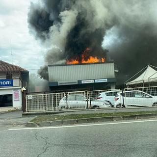 Incendio alla concessionaria Automobili Massimino di Savigliano, al lavoro cinque squadre dei vigili del fuoco (FOTO E VIDEO)