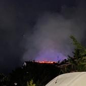 Notte di lavoro per i vigili del fuoco, sette squadre per domare l'incendio al tetto di un condominio a Savigliano