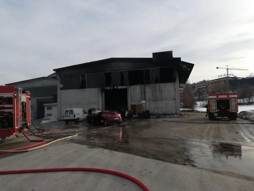 Incendio capannone nella zona industriale di Niella Tanaro