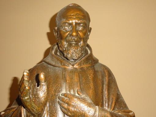 In foto, la statua di Padre Pio nel cavedio dei Battuti Neri