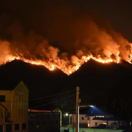 90 lanci in un giorno per spegnere l'incendio tra Castino e Rocchetta Belbo, 13 ettari di bosco in fiamme (FOTO)