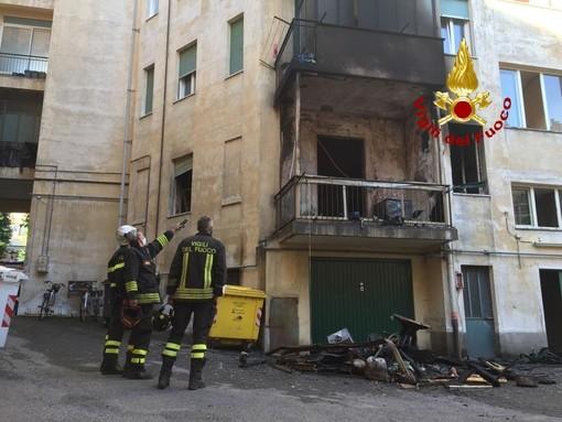 Incendio in un alloggio in corso Dante a Cuneo nella notte, palazzo evacuato: danni ingenti