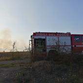 Incendio in un campo da poco trebbiato a Savigliano, intervengono tre squadre dei vigili del fuoco [FOTO]