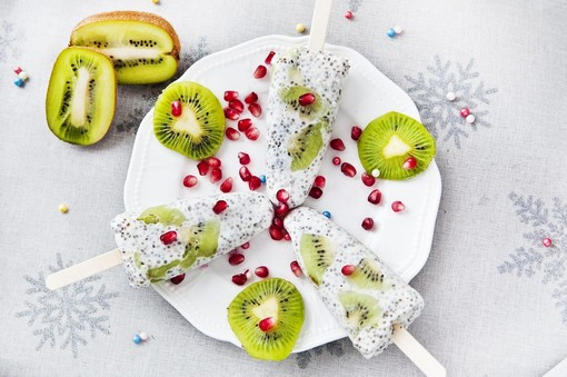 Mercoledì Veg: oggi prepariamo gelato su stecco di kiwi e semi di chia