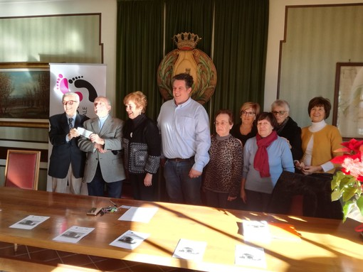 Lavori a maglia venduti per solidarietà: l'associazione Per-Corsi di Castelletto Stura dona 1000 euro alla LILT
